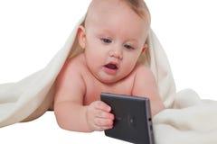 使用与手机的逗人喜爱的男婴 免版税库存图片