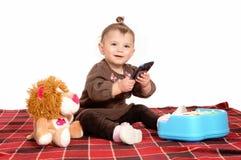 使用与手机的婴孩 免版税库存照片