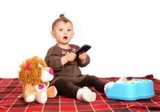 使用与手机的婴孩 免版税库存图片