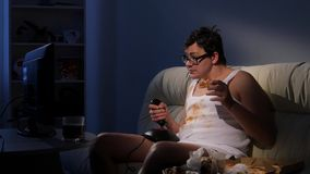使用与控制杆的肮脏的游戏玩家人吃薄饼 股票录像