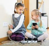 使用与插口和电的孩子户内 图库摄影
