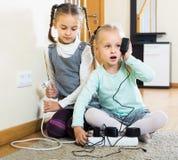 使用与插口和电的孩子户内 库存照片
