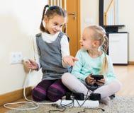 使用与插口和电的孩子户内 免版税库存图片