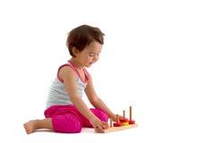 使用与教育杯子玩具的孩子 查出在白色 库存图片