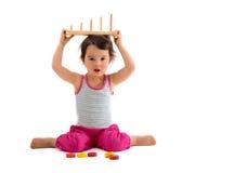 使用与教育杯子玩具的孩子 查出在白色 免版税库存图片