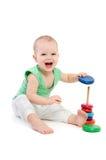 使用与教育杯子玩具的滑稽的孩子 库存图片