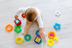 使用与教育玩具的可爱的女婴在托儿所 免版税图库摄影
