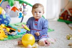 使用与教育玩具的可爱的女婴在托儿所 库存照片