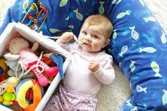 使用与教育玩具的可爱的女婴在托儿所 免版税库存照片