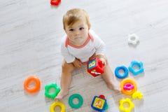 使用与教育玩具的可爱的女婴在托儿所 库存图片