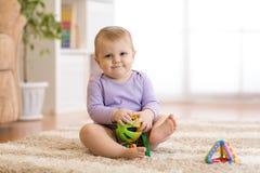 使用与教育玩具的可爱的女婴在托儿所 图库摄影