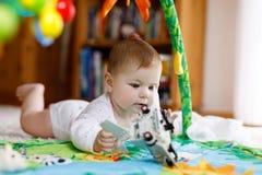 使用与教育玩具的可爱的女婴在托儿所 免版税库存图片