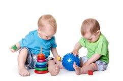 使用与教育玩具的孩子 免版税库存照片