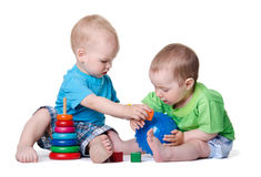 使用与教育玩具的孩子 库存图片