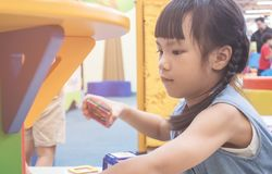 使用与教育玩具的小女孩在操场 免版税图库摄影