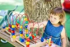使用与教育玩具的小女孩 免版税库存照片
