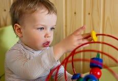使用与教育玩具的小孩男孩 免版税图库摄影