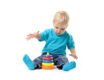 使用与教育玩具的逗人喜爱的孩子女孩 免版税图库摄影