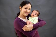 使用与新出生的快乐的母亲 图库摄影