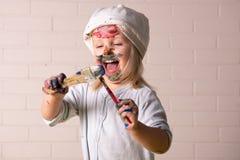 使用与明亮的颜色的小女孩 库存图片