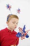 使用与星条旗轮转焰火的男孩 免版税库存照片