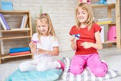 使用与普遍的玩具的妹 免版税库存照片