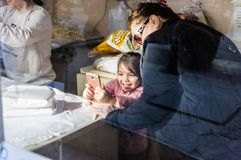 使用与智能手机-土耳其的小女孩 免版税图库摄影