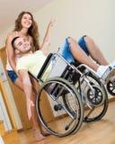使用与朋友的轮椅的人 免版税库存照片