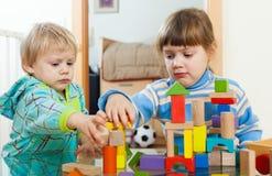 使用与木块的严肃的孩子 免版税库存照片
