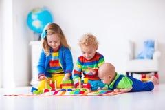 使用与木玩具火车的孩子 免版税库存照片