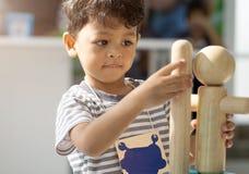 使用与木玩具的亚裔小男孩 库存图片
