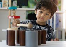使用与木玩具的亚裔小男孩 免版税库存照片