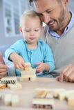 使用与木玩具的父亲和儿子 图库摄影