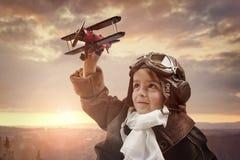 使用与木玩具飞机的男孩 免版税库存图片