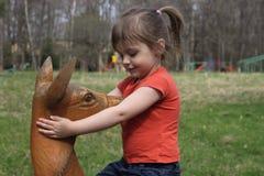 使用与木鹿雕象的女孩 免版税库存图片