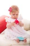 使用与杯子玩具的俏丽的女孩 免版税库存图片