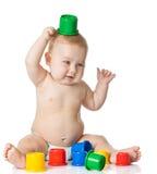 使用与杯子玩具的婴孩。 库存图片