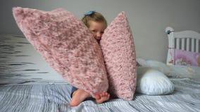使用与枕头的女孩 影视素材