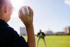 使用与棒球的男孩在公园 库存照片