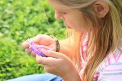 使用与橡皮筋儿的女孩 免版税库存照片