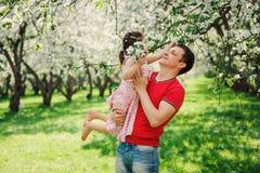 使用与步行的孩子女儿的愉快的父亲在春天 免版税库存照片