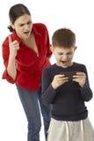 使用与母亲的PDA的小男孩 免版税库存照片