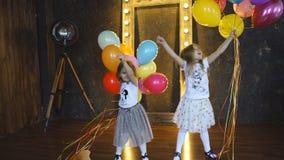 使用与气球的两个小女孩 影视素材