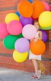 使用与气球的小女孩画象 免版税库存图片