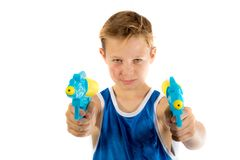 使用与水枪的青春期前的男孩 免版税图库摄影