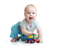 使用与汽车玩具的男婴隔绝在白色 库存照片