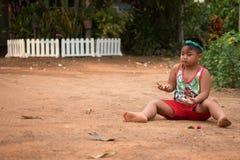 使用与沙子和球的亚裔孩子在操场 免版税库存照片