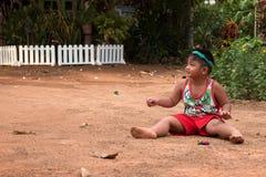 使用与沙子和球的亚裔孩子在操场 免版税图库摄影