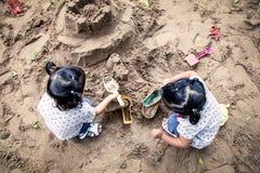 使用与沙子的孩子在操场 免版税图库摄影