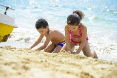 使用与沙子的孩子 库存图片